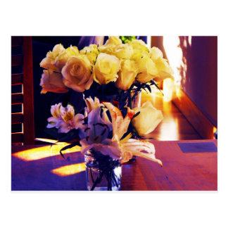Cartão Postal Versão editada de rosas amarelos e de Lillies