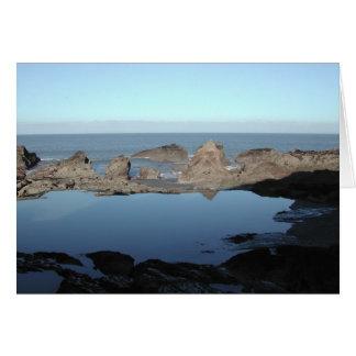 Cartão Praia rochosa. Vista litoral cénico