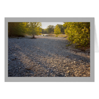 Cartão Primavera ensolarado das sombras das rochas do rio