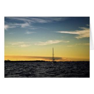 Cartão Seascape com um iate no por do sol