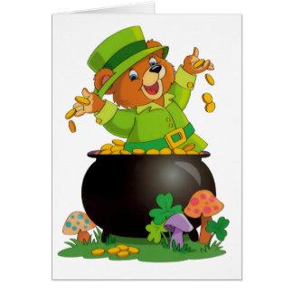 Cartão Urso animado do dia de St Patrick com o pote de