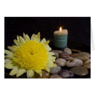 Cartão Vela da harmonia e flor amarela
