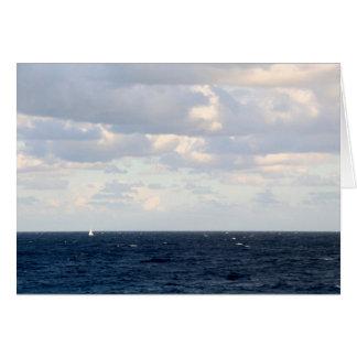 Cartão Veleiro minúsculo em um oceano grande