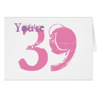 Cartão Você é 39, grande texto roxo & cor-de-rosa no