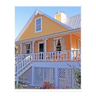 Casa amarela velha na chave Florida do cedro Cartão Postal