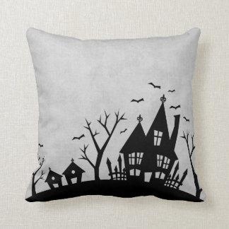 Casa assustador cinzenta e preta o Dia das Bruxas Almofada