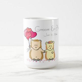 Casal bonito com balões, recem casados do ouriço caneca de café