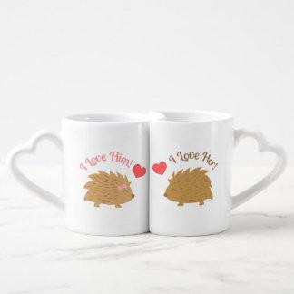 Casal bonito do ouriço no amor conjunto de caneca de café