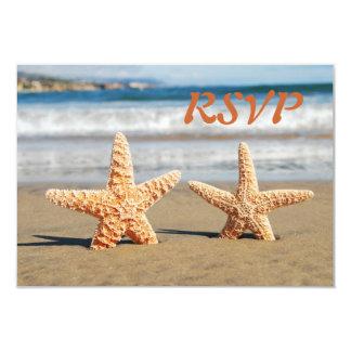 Casal da estrela do mar no cartão da praia RSVP