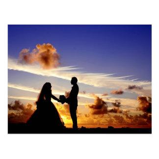 Casal do casamento do por do sol cartão postal