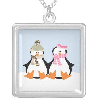 Casal militar do pinguim colar com pendente quadrado