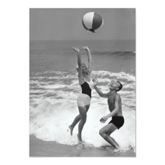 Casal que joga com um Beachball Convite 12.7 X 17.78cm