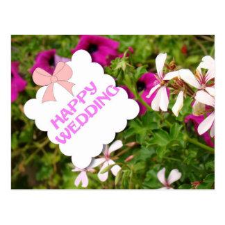 Casamento feliz, flores e arco cartão postal