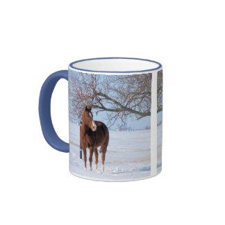 Cavalo bonito no inverno caneca