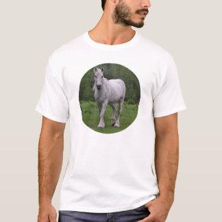 Cavalo branco no campo camisetas