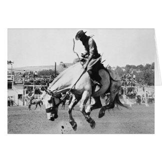 Cavalo bucking da equitação do homem no rodeio cartão comemorativo