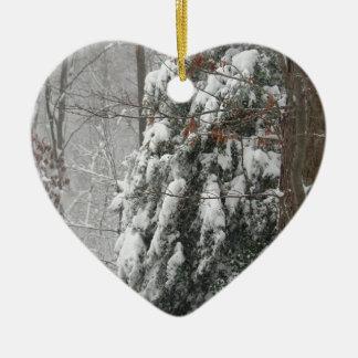 Cena nevado da árvore do inverno ornamento de cerâmica coração