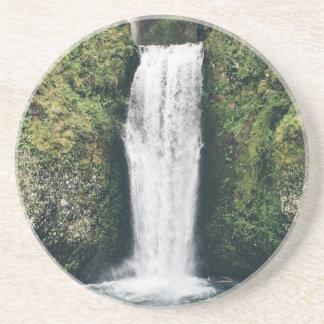 Cenário bonito da cachoeira porta copos de arenito