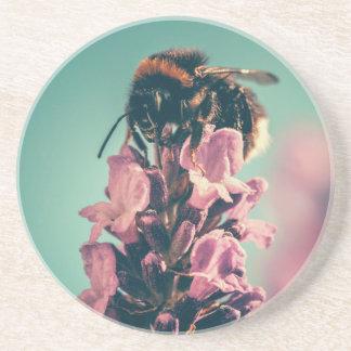 Cenário bonito da natureza da flor da abelha porta copos de arenito