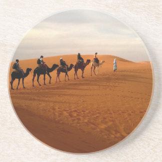 Cenário bonito do deserto da caravana do camelo porta copos de arenito