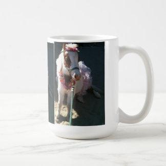Cereja diminuta do cavalo do truque da bailarina caneca de café