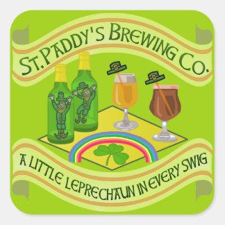 Cervejaria engraçada do Leprechaun do dia de Adesivo Quadrado