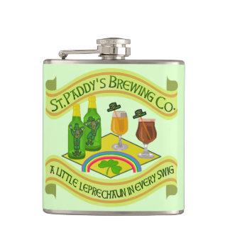 Cervejaria engraçada do Leprechaun do dia de Cantil