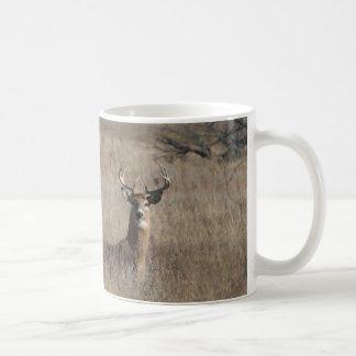 Cervos grandes do fanfarrão do troféu na grama caneca de café