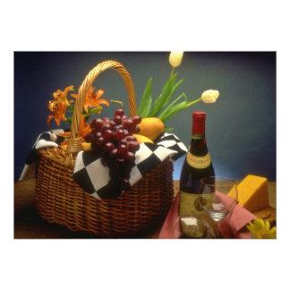 Cesta amarela do piquenique com vinho queijo pão convites personalizado