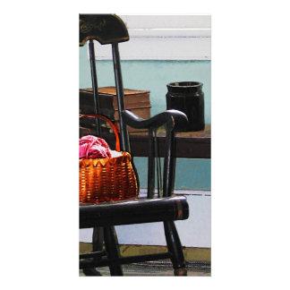 Cesta do fio na cadeira de balanço cartao com foto