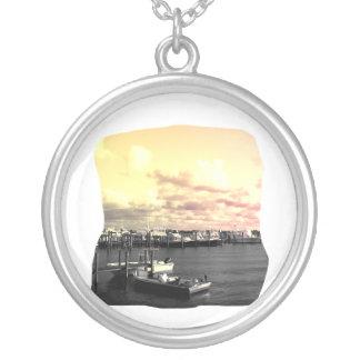 Céu amarelo e cor-de-rosa da foto do porto de colar banhado a prata