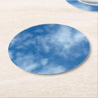 Céu azul com nuvens porta-copo de papel redondo