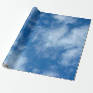 Céu azul com papel de envolvimento das nuvens papel de presente