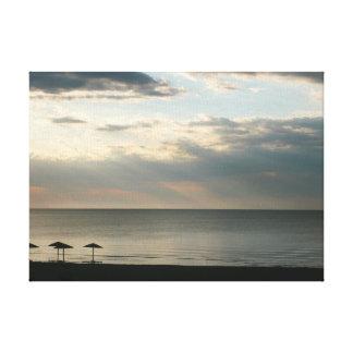 Céu da manhã sobre as canvas gregas da praia