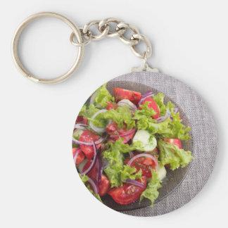 Chaveiro Vista superior em uma placa com salada fresca do