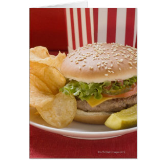 Cheeseburger com batatas fritas de batata e pepino cartão
