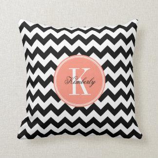 Chevron preto e branco com monograma coral travesseiros de decoração