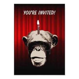 Chimpanzé engraçado no convite de aniversário dos