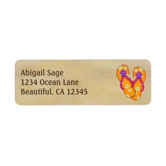 Chinelos alaranjados bonitos no endereço da praia etiqueta endereço de retorno