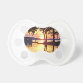 Chupeta Fotografia bonita da reflexão da água do por do