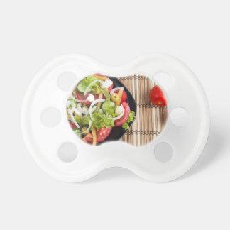 Chupeta Ideia aérea de uma parcela da salada vegetal