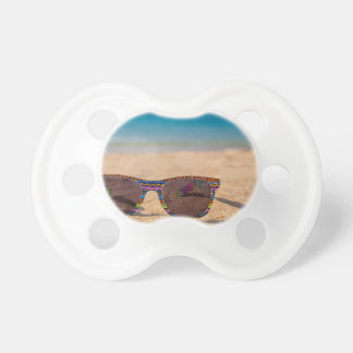 Chupeta Óculos de sol coloridos que encontram-se em