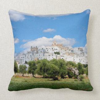 Cidade branca Ostuni com oliveiras, travesseiro de Almofada