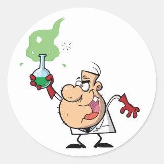 Cientista louco engraçado que guardara a poção adesivo