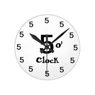 Cinco horas relógios de pendurar