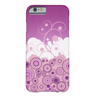 Círculos retros roxos com redemoinhos capa iPhone 6 barely there