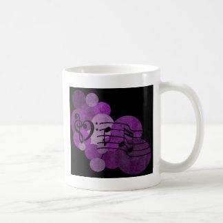 clefs da música do coração e bolinhas roxas caneca de café