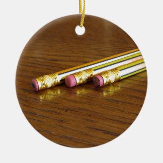 Close up de eliminadores de lápis usados na mesa ornamento de cerâmica redondo