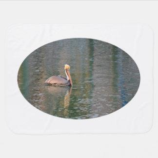 Cobertor De Bebe pelicano que flutua em reflexões coloridas do rio