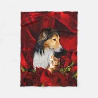 Cobertor De Velo Cão e gatinho encaixados nas rosas vermelhas
